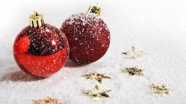 Красные елочные шары присыпанные снегом, с золотыми звездами