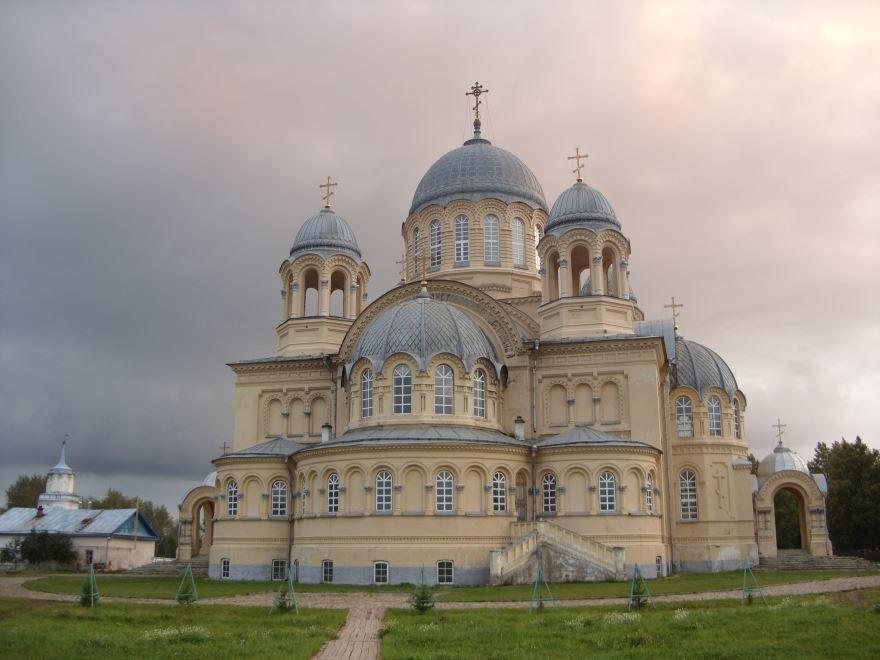 Красивый Крестовоздвиженский собор города Верхотурье