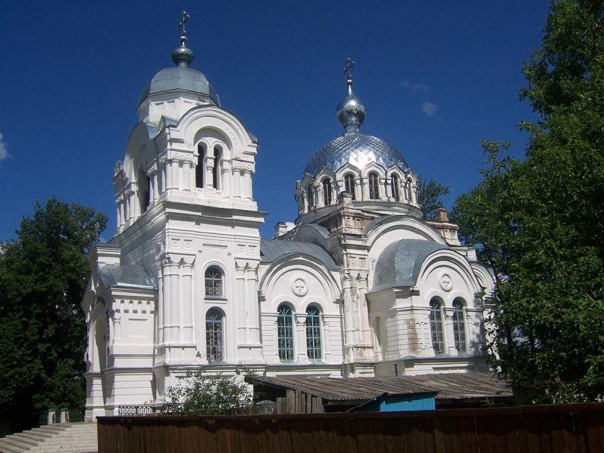 Смотреть красивое фото храм Воскресенье в городе Вичуга Ивановской области