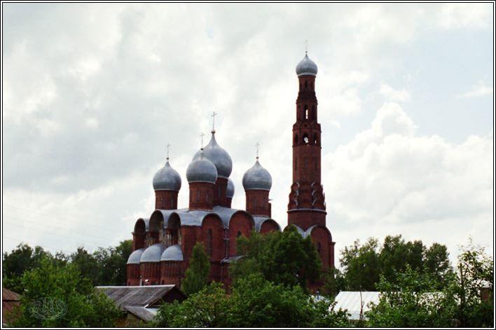 Скачать онлайн бесплатно красивое фото Красная церковь в городе Вичуга