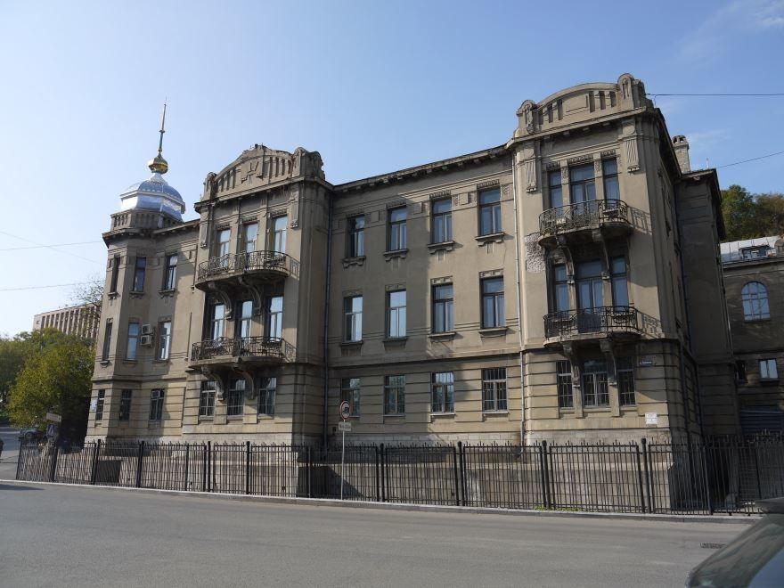 Скачать онлайн бесплатно красивое фото одной из улиц города Владивостока