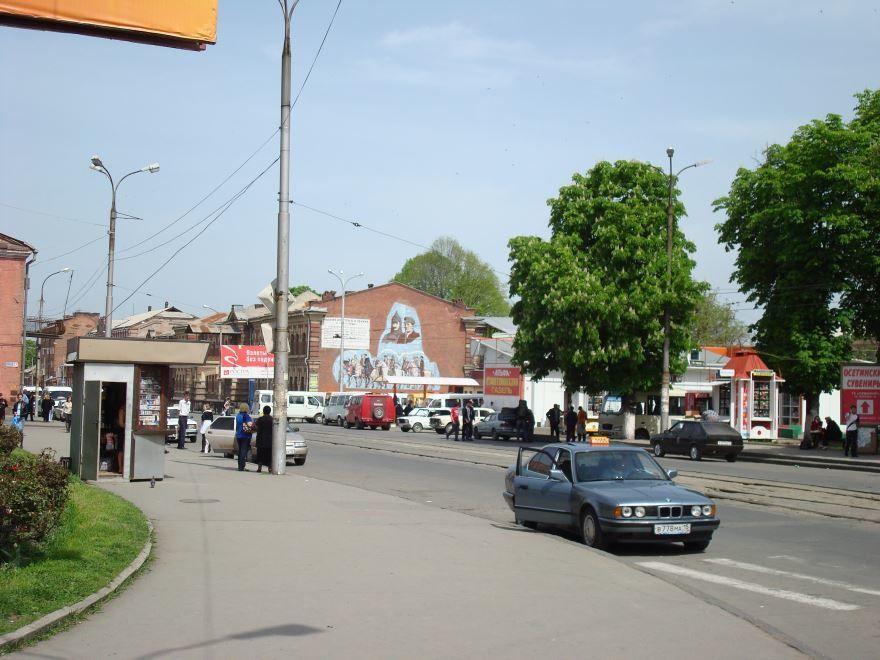 Смотреть интересное фото одной из улиц города Владикавказ