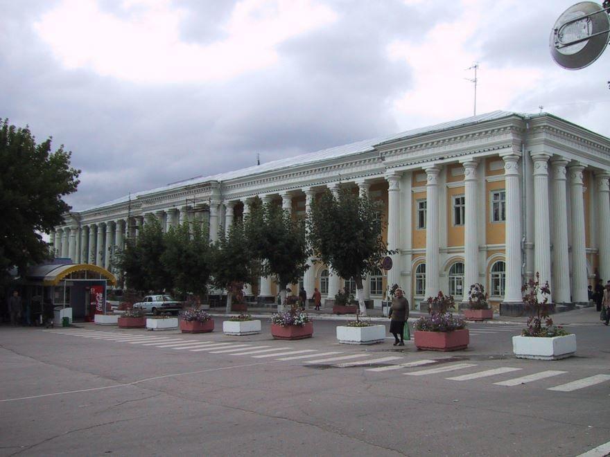 Смотреть красивое здание гостиного двора в городе Вольск