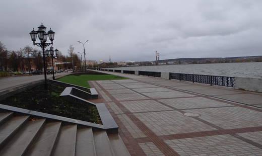 Скачать бесплатно красивое фото городской набережной города Воткинска