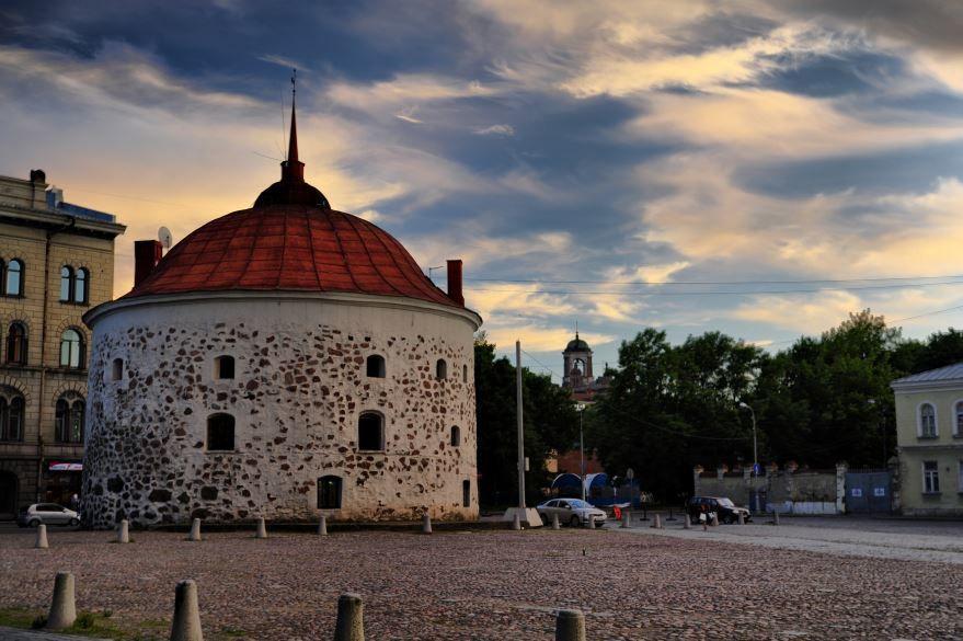 Смотреть оригинальное фото круглая башня в городе Выборг