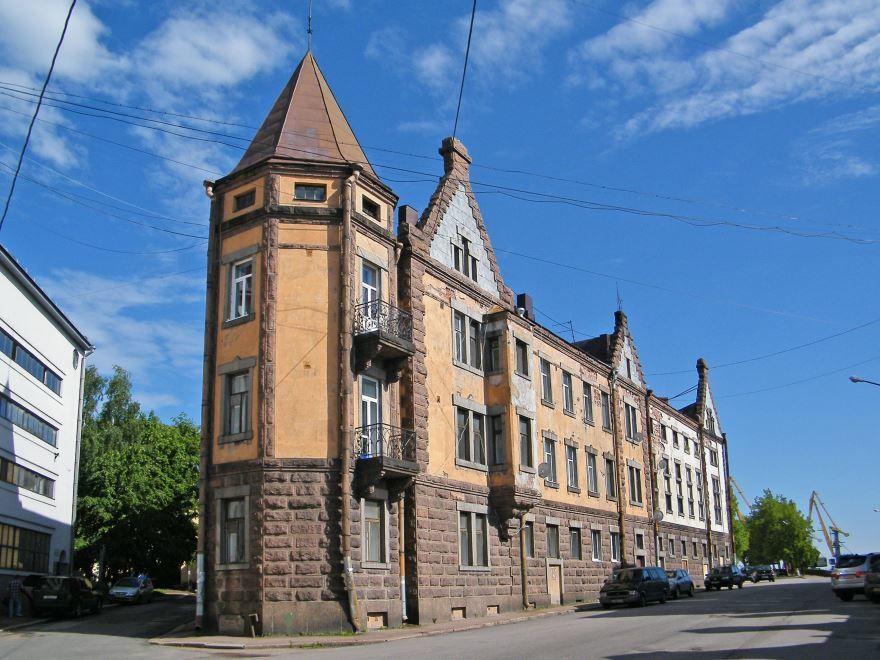 Смотреть необычное здание в городе Выборг дом утюг