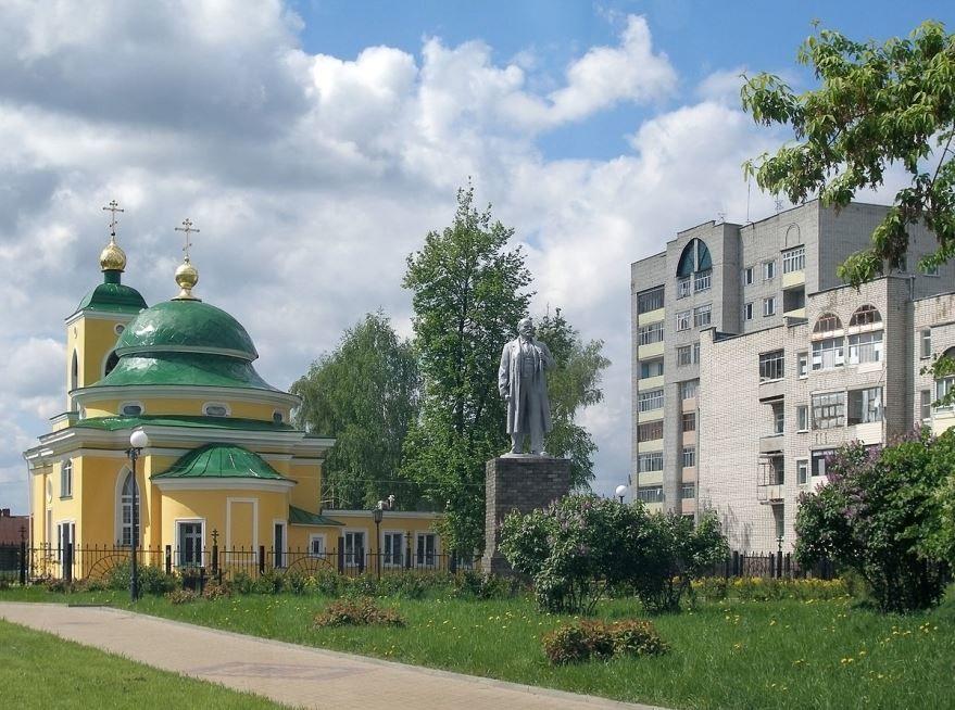 Памятник Ленину и часовня в городе Выкса