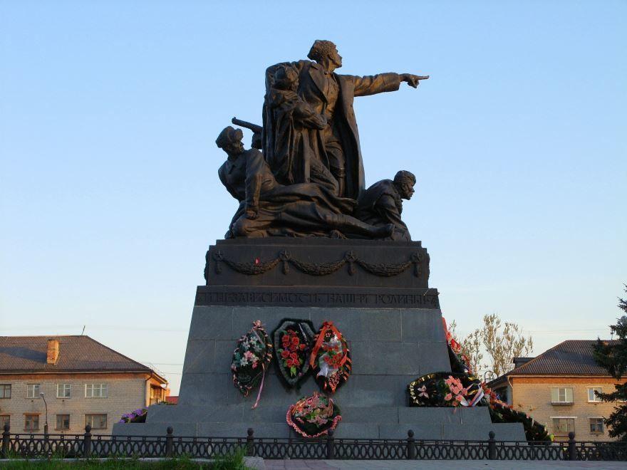 Смотреть красивый памятник М. Г. Ефремову в городе Вязьма