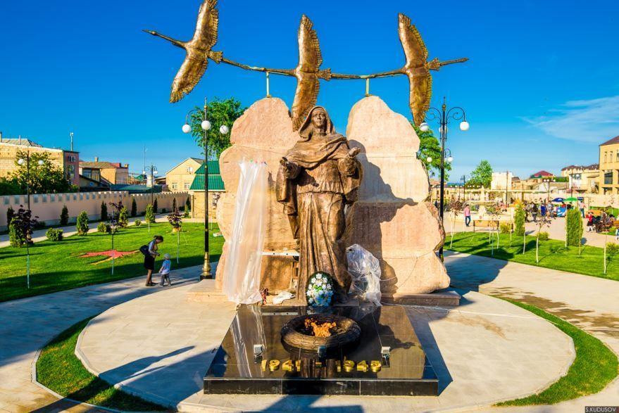 Смотреть красивый Мемориал скорбящей матери город Дербент