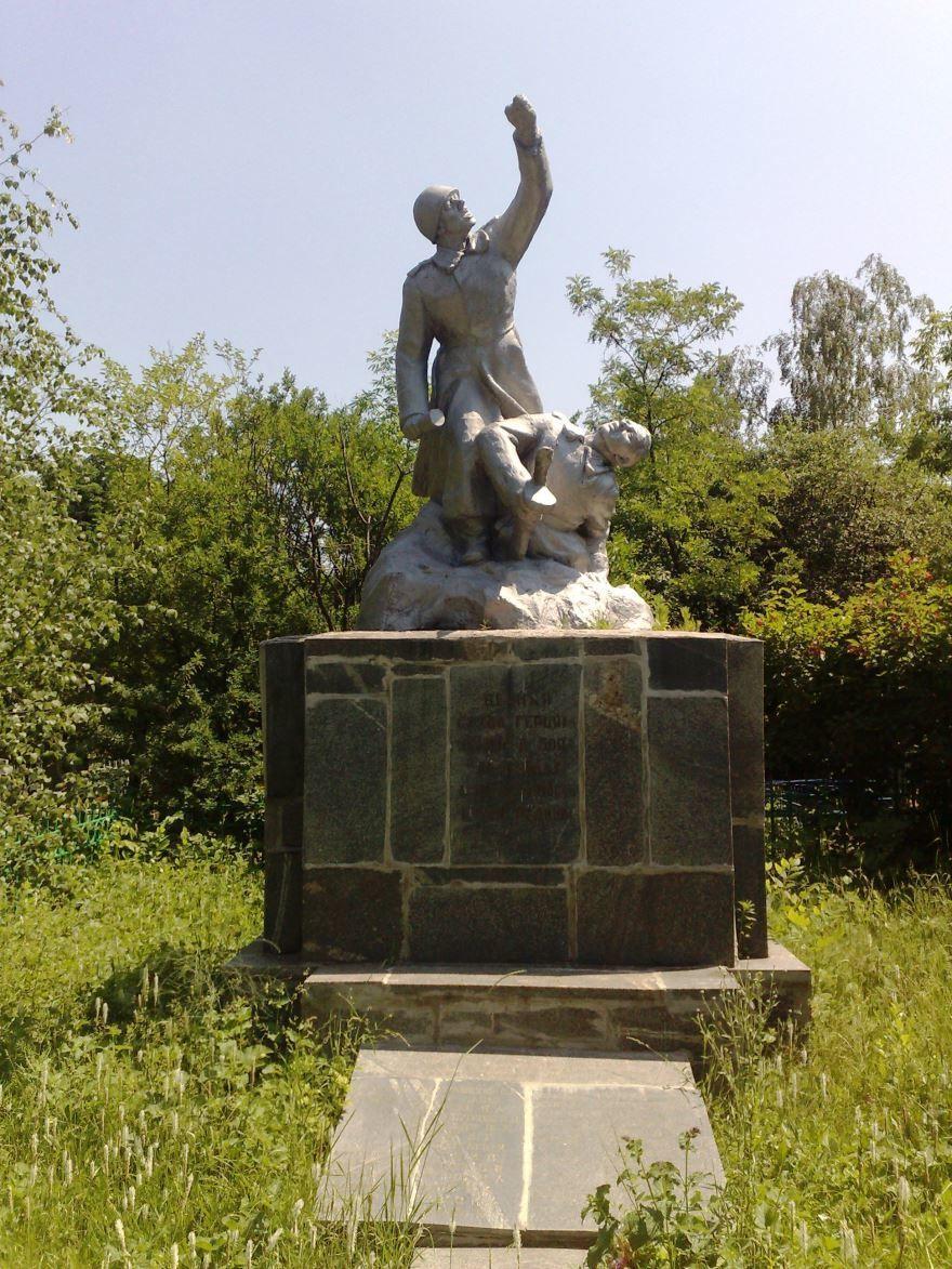 Памятник Советским воинам на старом кладбище город Дзержинск