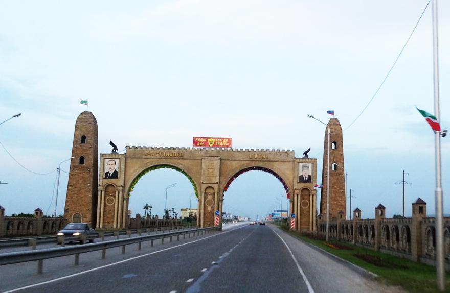Смотреть красивые арки при въезде в город Грозный