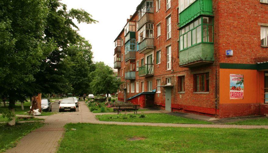 Скачать онлайн бесплатно маленький уютный дворик в городе Губкин