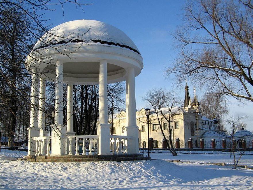 Парк и церковь в городе Долгопрудный в зимнее время