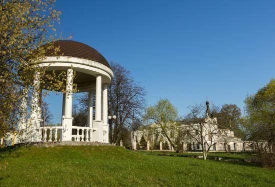 Парк и церковь в городе Долгопрудный в летнее время