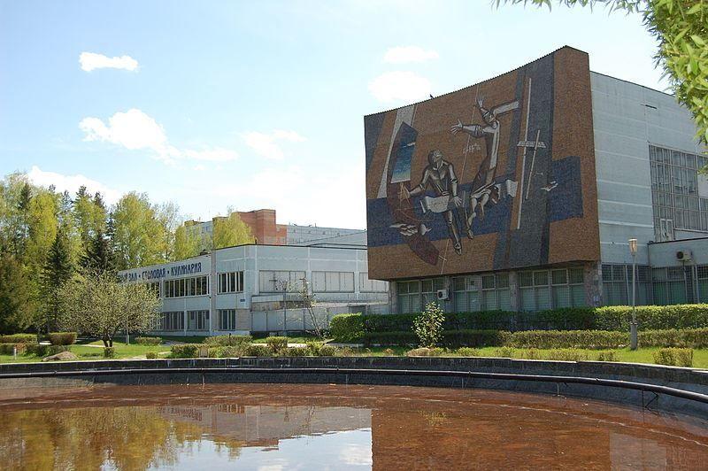 Один из корпусов завода Тензор украшенный мозаикой в городе Дубна