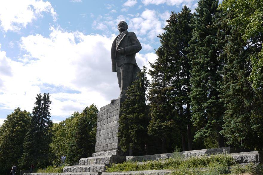 Смотреть памятник В.И. Ленину в хорошем качестве