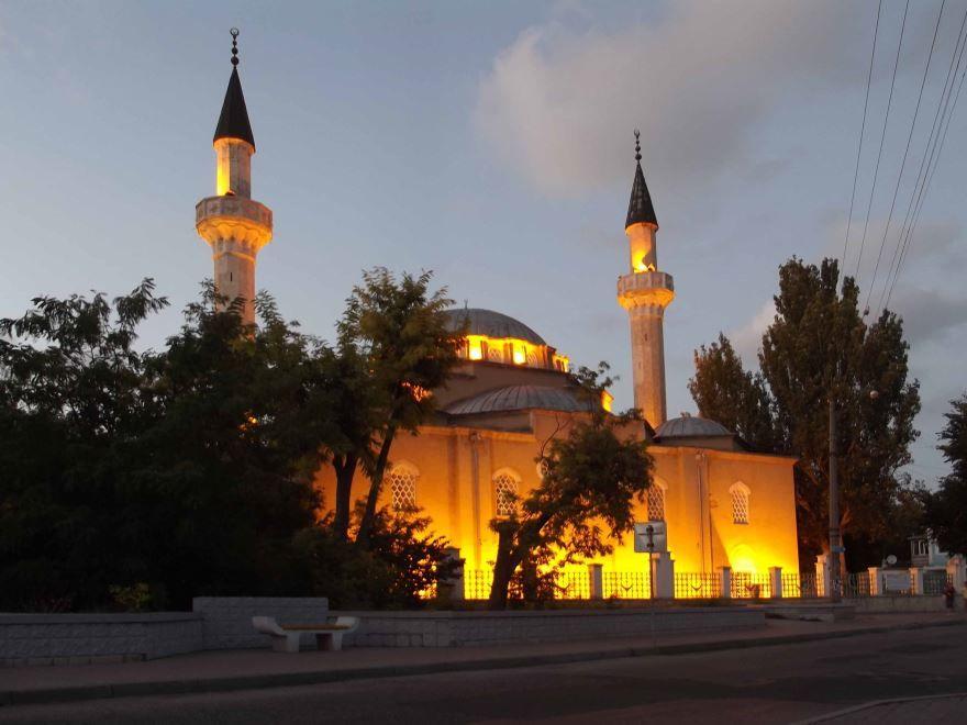 Мечеть Джума-Джами вечером в городе Евпатория