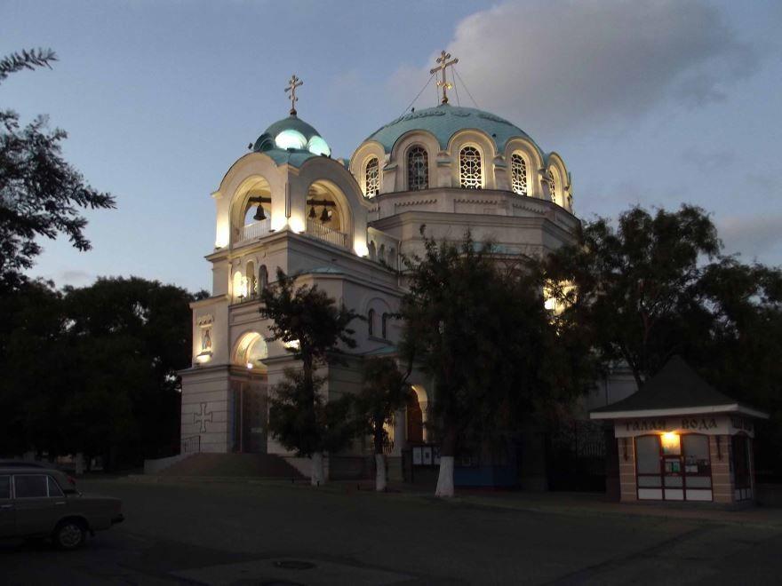 Свято-Николаевский собор вечером в городе Евпатория