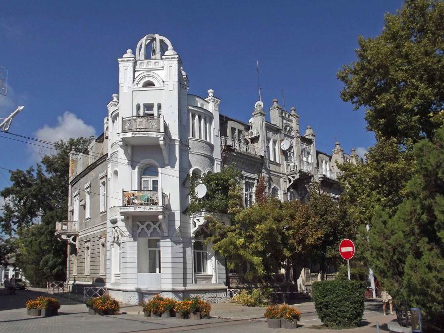 Театральная площадь в городе Евпатория