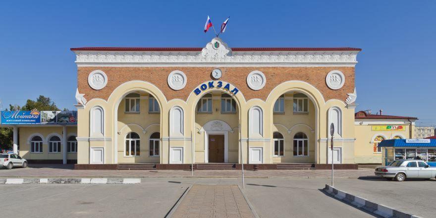 Смотреть бесплатно красивое здание вокзала в городе Евпатория