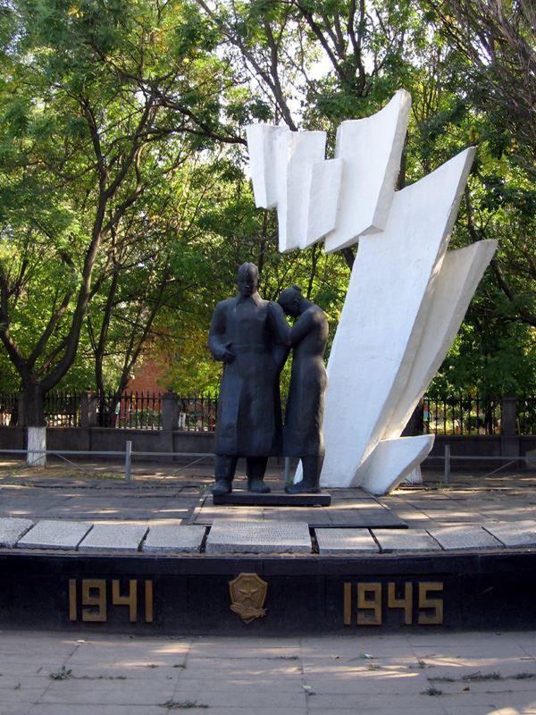 Смотреть фото памятника погибшим в годы ВОВ в городе Ейск