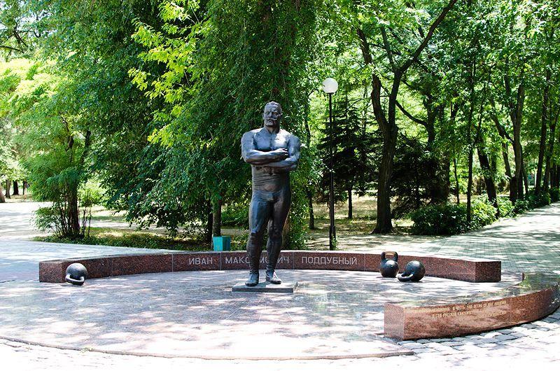 Памятник Ивану Поддубному в городе Ейск