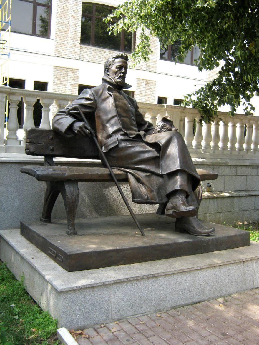 Смотреть красивый Памятник Чехову в городе Звенигород в хорошем качестве