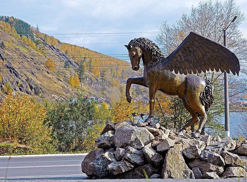 Символ города Златоуста на фоне горы Косотур