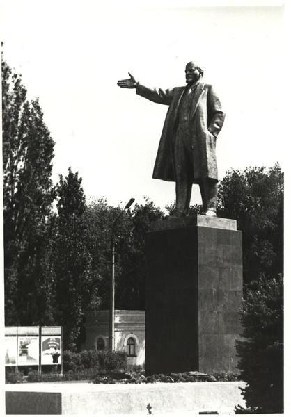 Памятник В.И. Ленину в городе Знаменск Арстраханская область