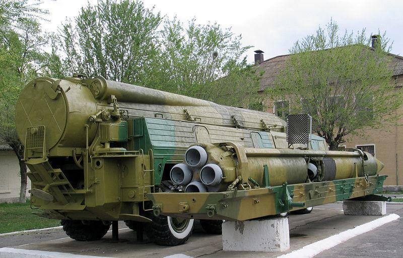 Пусковая установка 9П120 и ракета 9М76 оперативно-тактического ракетного комплекса 9К76 Темп-С в музее полигона Капустин Яр, город Знаменск