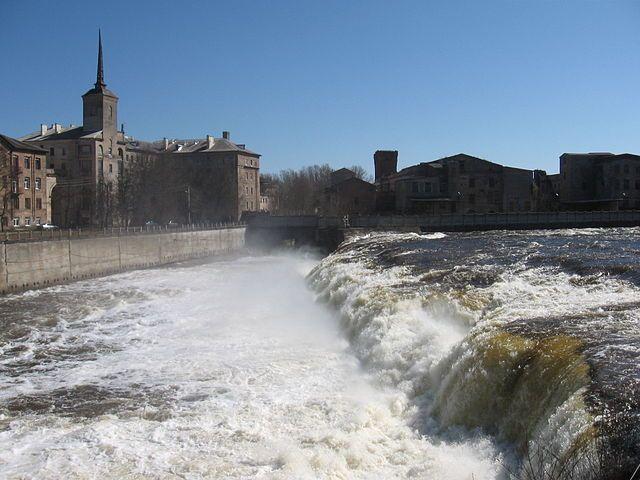 Скачать онлайн бесплатно красивое фото река Нарва в городе Ивангород