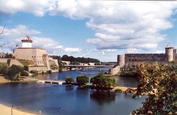 Смотреть красивое фото река Нарва и город Ивангород Ленинградская область