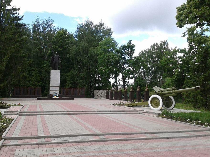 Смотреть красивый Мемориал павшим в годы ВОВ и аллея Героев в городе Инсар