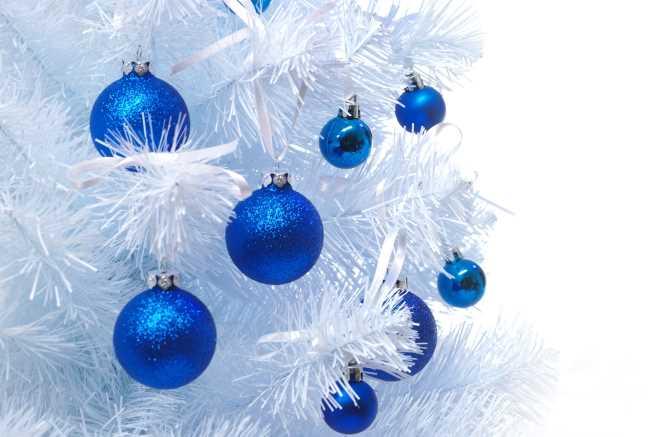 Новогодняя елка с синими шарами