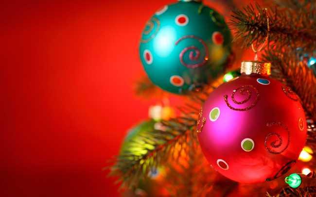 Новогодние елки украшены шарами