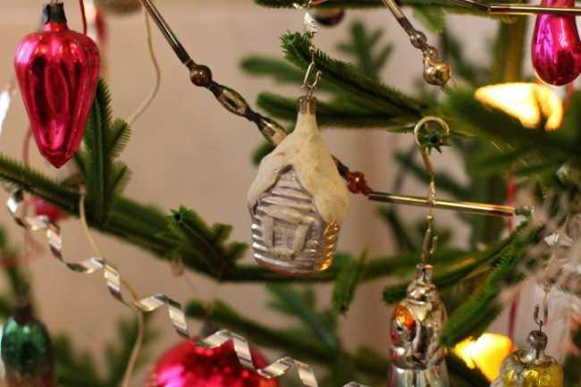 Новогодние шары на елке фото
