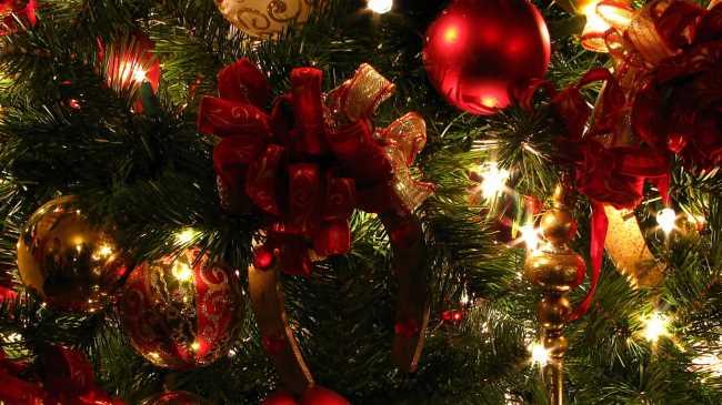 Новогодняя елка с красными шарами