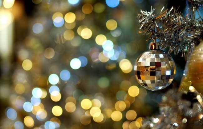 Новогодняя елка с белыми шарами