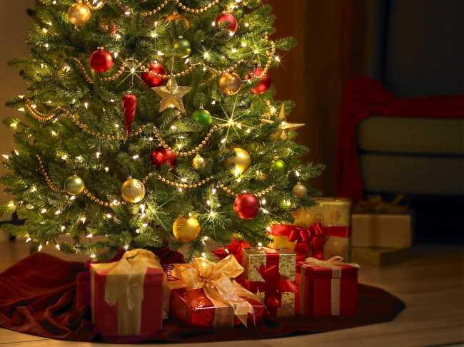Новогодние елки украшенные шарами