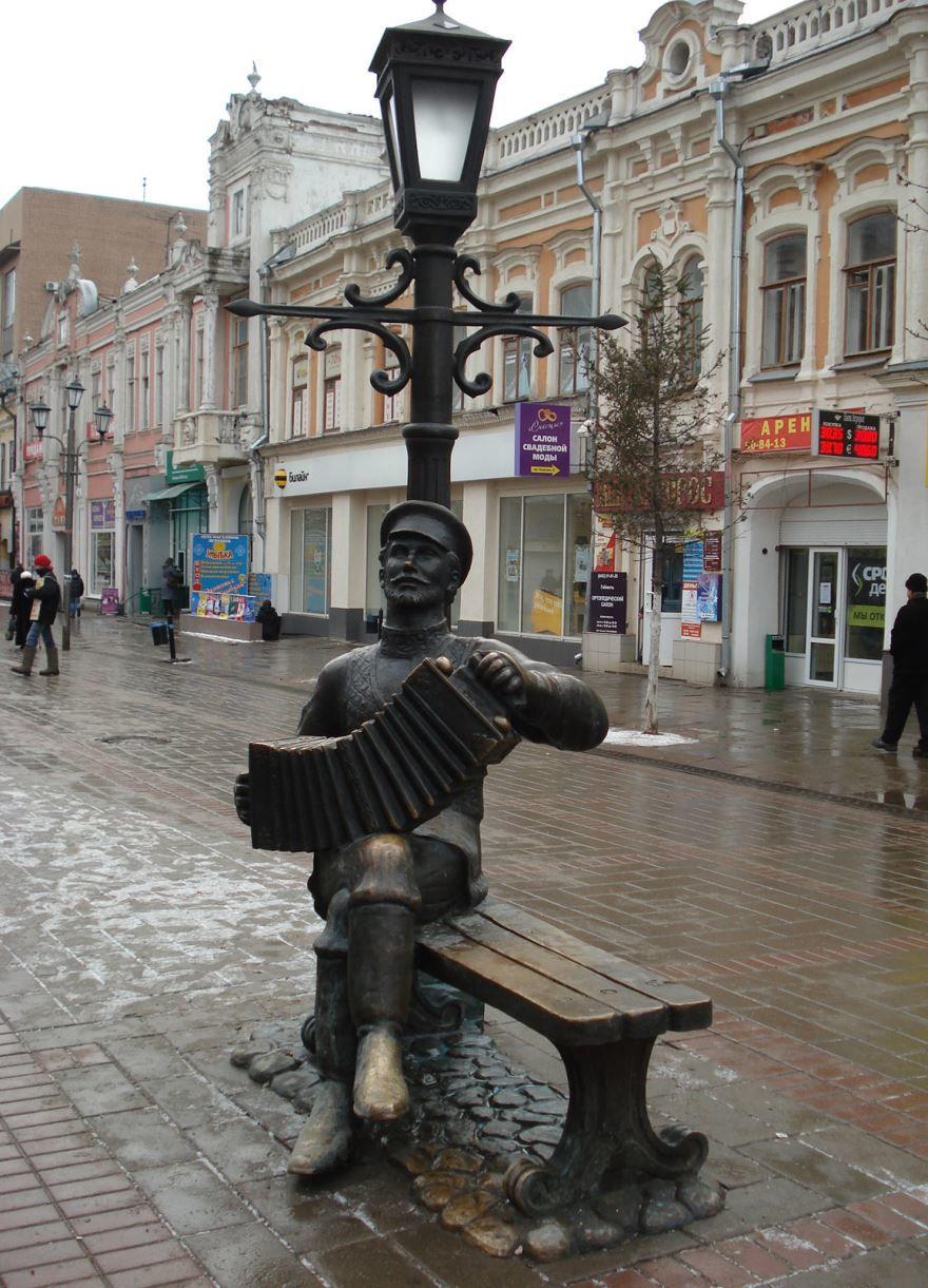 Памятник гармошке город Саратов