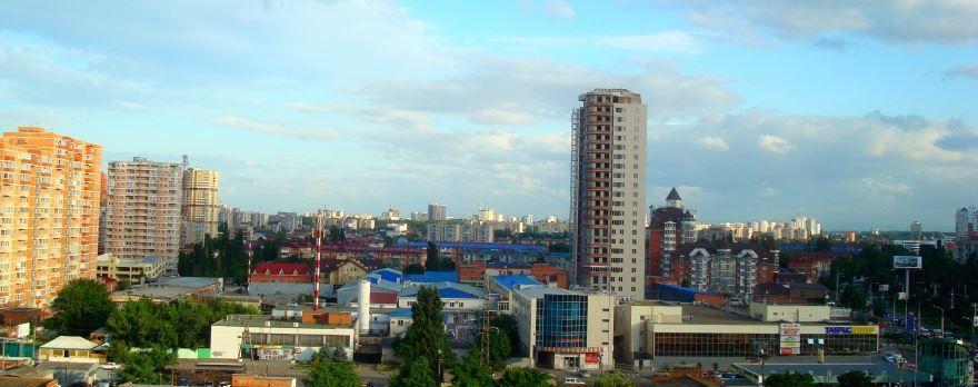Красивый вид на город Краснодар со стороны улицы Тургенева