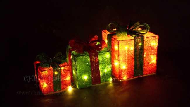Подарки под елкой