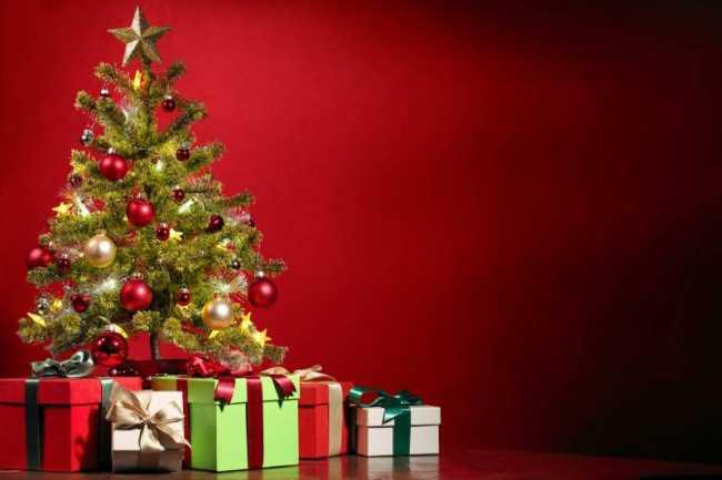 Подарки под елкой дома