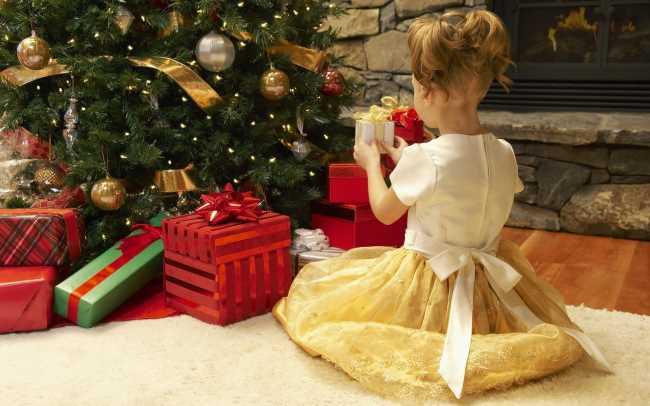 Когда класть подарок под елку ребенку