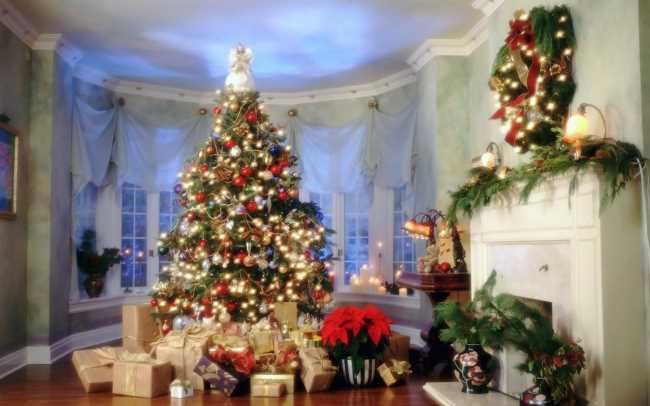 Новогодние подарки под елкой