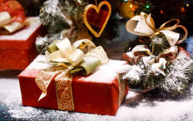 Красивые подарки под елкой