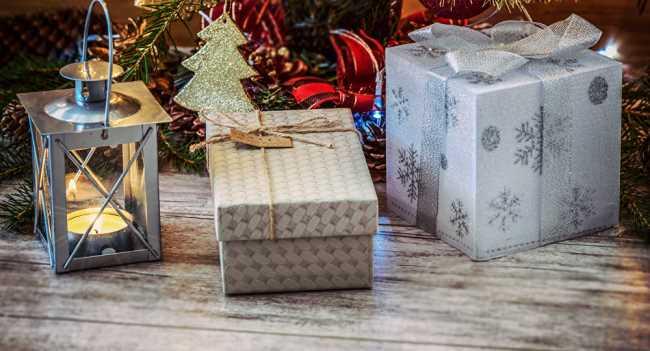 Подарки лежат под елкой
