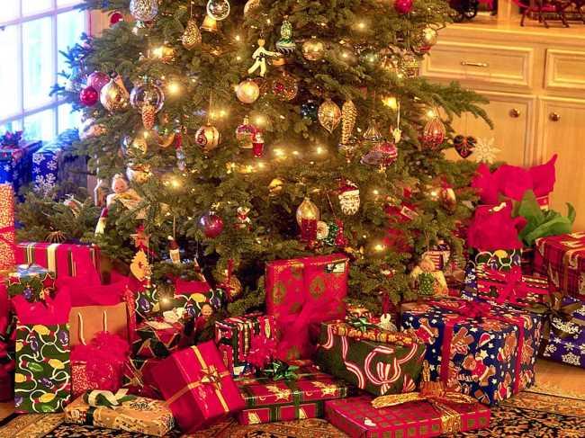 Когда Дед Мороз приносит подарки под елку
