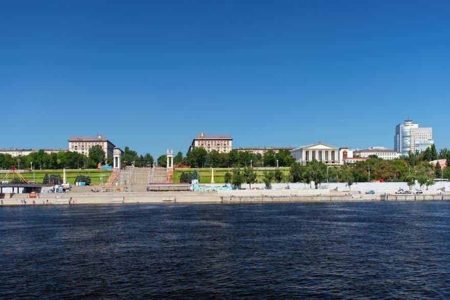 Красивый вид с реки Волга на город Волгоград