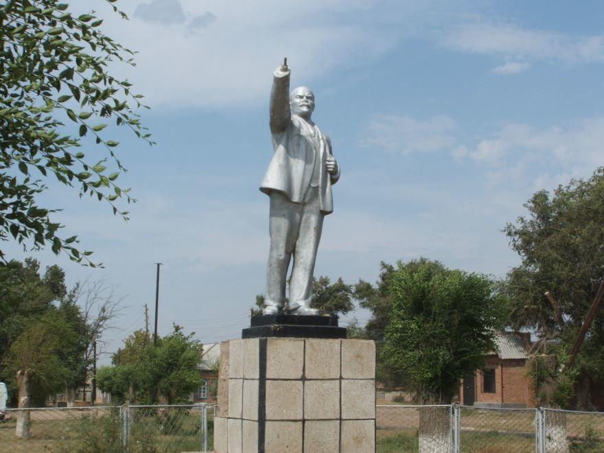 Памятник В.И. Ленину в городе Астрахань